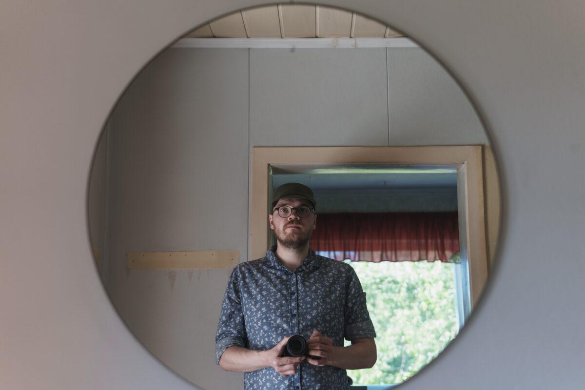 Ivo pildistab end peeglist remondi ajal